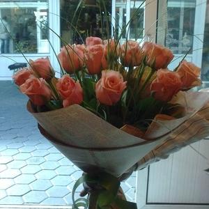 Букет из 15 роз кораллового цвета