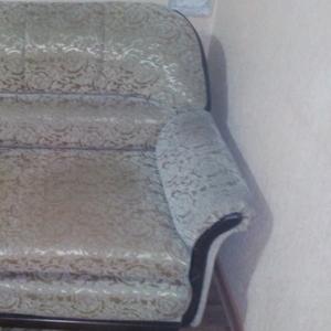 Диван-кровать в хорошем состоянии б/у. Торг. Срочно. 140 х 100 см